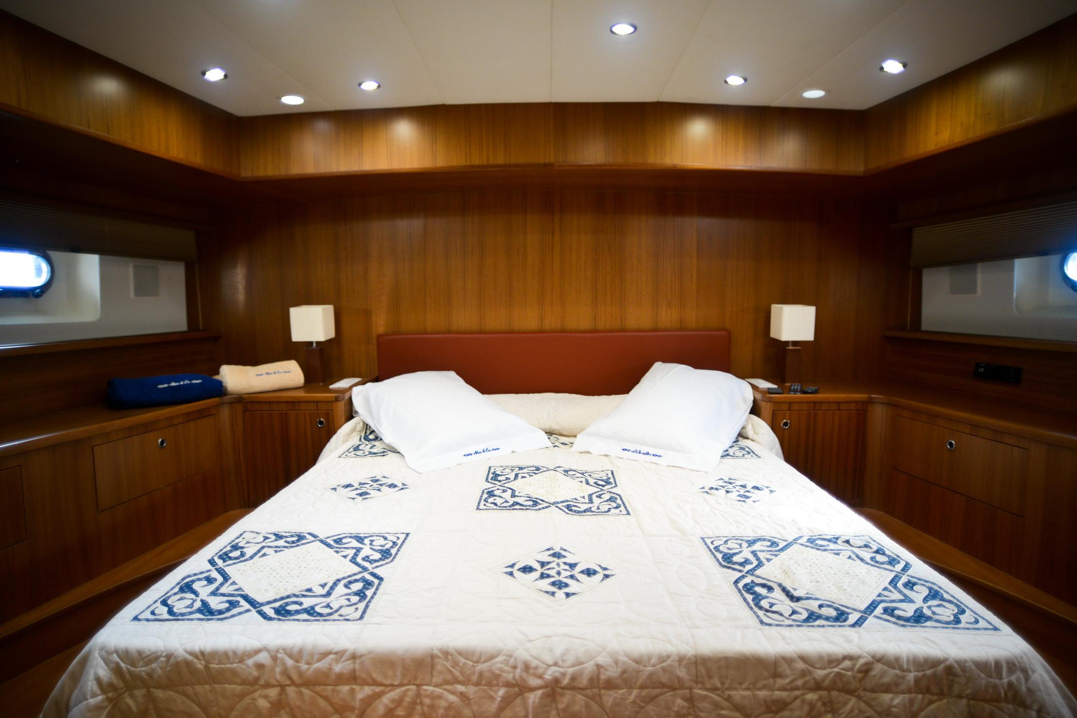 Benetti 81 fascino a bordo chartervela for Cabine vecchio stile
